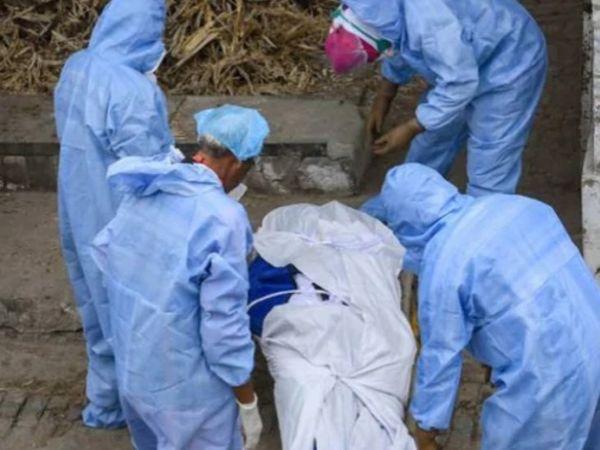 लखनऊ में कोरोना मरीज के शव का अंतिम संस्कार करते परिजन और स्वास्थ्यकर्मी। यहां संक्रमण के चलते अब तक 246 लोगों की मौत हो चुकी है। - Dainik Bhaskar