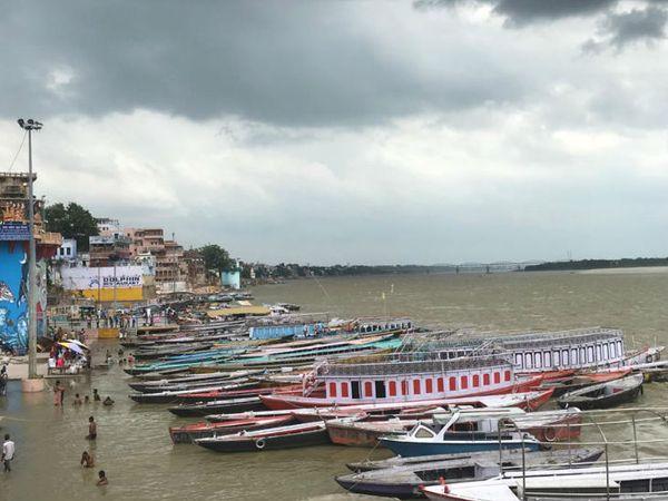 काशी के दुनिया के सबसे पुराने नगरों में गिना जाता है। यहां गंगा नदी में लाखों श्रद्धालु आस्था की डुबकी लगाने के लिए आते हैं।
