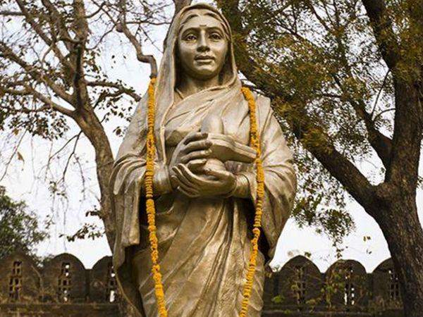 महारानी अहिल्याबाई ने देश के कई मंदिरों का निर्माण और जीर्णोद्धार कराया। उन्होंने बनारस के मशहूर काशी विश्वनाथ मंदिर का निर्माण करवाया था।