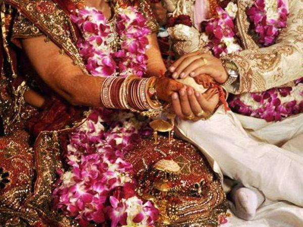 ऐसी उम्मीद जताई जा रही है कि अब किसी भी हॉल या विवाह स्थल की 50% क्षमता के बराबर ही मेहमानाें काे बुलाया जा सकेगा। -प्रतीकात्मक फोटो - Dainik Bhaskar