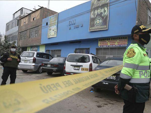 यह फोटो पेरू की राजधानी लिमा के उसी रेस्टोरेंट की है जहां भगदड़ मचने के बाद 13 लोगों की मौत हुई। पुलिस ने रेस्टोरेंट चलाने वाले दंपती को गिरफ्तार किया है। - Dainik Bhaskar