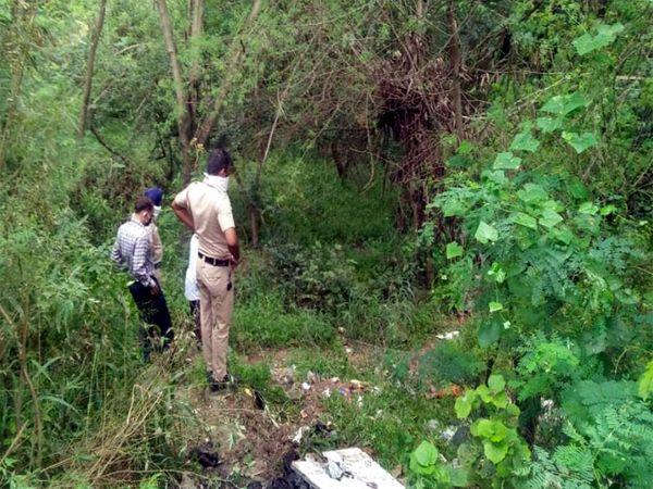 धनास लेक के पास पुलिस को एक युवक की अधजली लाश मिली। - Dainik Bhaskar