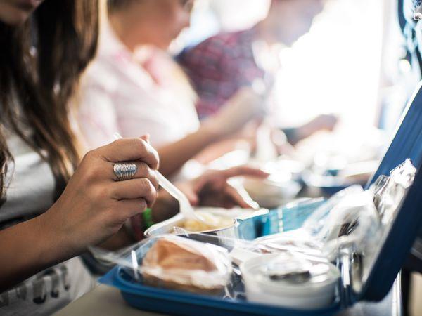 इससे पहले घरेलू उड़ानों में खाने-पीने का सामान नहीं परोसा जाता था, जबकि इंटरनेशनल उड़ानों के दौरान सीटों पर भोजन के पैकेट रखे जाते थे। - Money Bhaskar