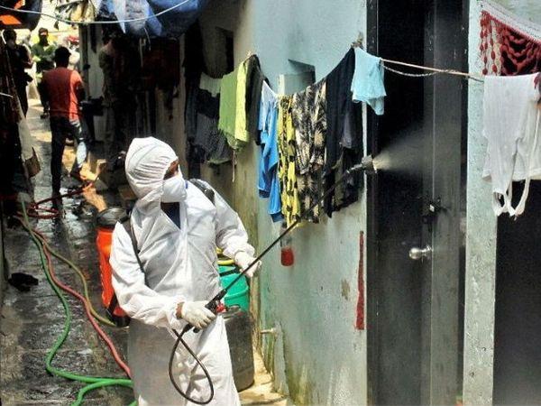 कोरोना के चलते धारावी इलाके में मजदूरों की भी कमी हो गई है। (फाइल फोटो) - Dainik Bhaskar