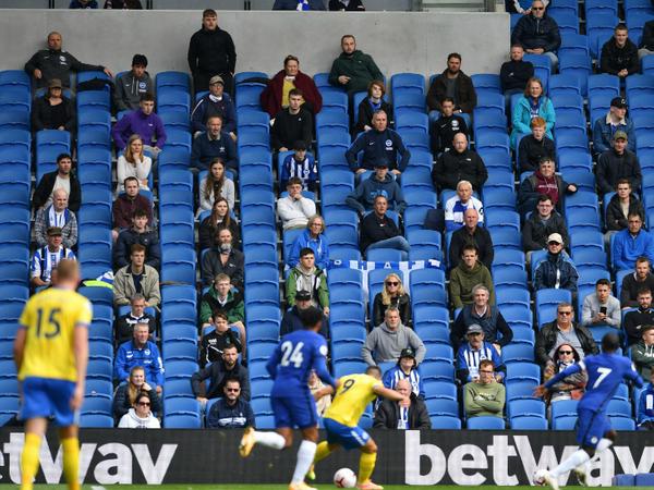 ब्राइटन और चेल्सी के बीच हुए प्री-सीजन फ्रेंडली मैच के दौरान स्टेडियम में दर्शकों को इस तरह से बैठाया गया था कि बीच की कतार पूरी तरह खाली थी। - Dainik Bhaskar