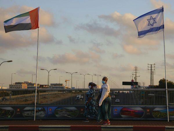 फोटो 16 अगस्त को इजराइल और यूएई के शांति समझौते के बाद की है। इजराइली शहर नेतान्या के शांति सेतु (Peace Bridge) पर इजराइल और यूएई के झंडे दिखाई दे रहे हैं। सोमवार को अमेरिका, इजराइल और यूएई के बीच बेहद अहम मीटिंग होने जा रही है। - Dainik Bhaskar