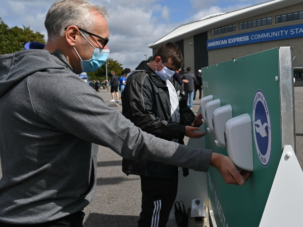 स्टेडियम में एंट्री से पहले बाहर हाथ साफ करने के लिए खास इंतजाम किए गए थे।