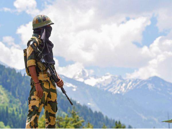फोटो 27 जून की है। चीन से तनाव के बाद भारतीय सेना ने लेह-श्रीनगर हाईवे पर निगरानी बढ़ा दी थी। यहां बीएसएफ को भी तैनात किया गया है। - Dainik Bhaskar