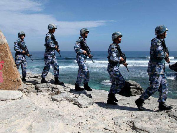 साउथ चाइना सी में वुडी आइलैंड पर गश्त करती चीन के नौसैनिक। चीन इस क्षेत्र में फिलीपिंस समेत चार देशों के समुद्री इलाके पर अपना दावा करता है। - फाइल फोटो - Dainik Bhaskar