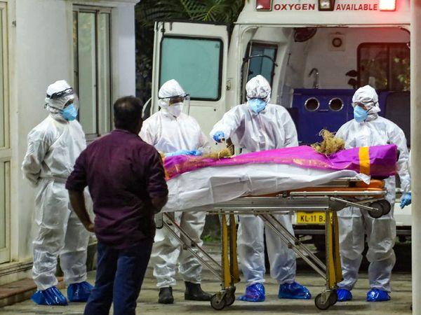 फोटो केरल के कोझिकोड शहर की है। यहां कोरोना मरीज के शव को अंतिम संस्कार के लिए एंबुलेंस से ले जाते स्वास्थ्यकर्मी। केरल में अब तक 73 हजार से ज्यादा लोग संक्रमण की चपेट में आ चुके हैं, जबकि 288 मरीजों की मौत हो चुकी है। - Dainik Bhaskar