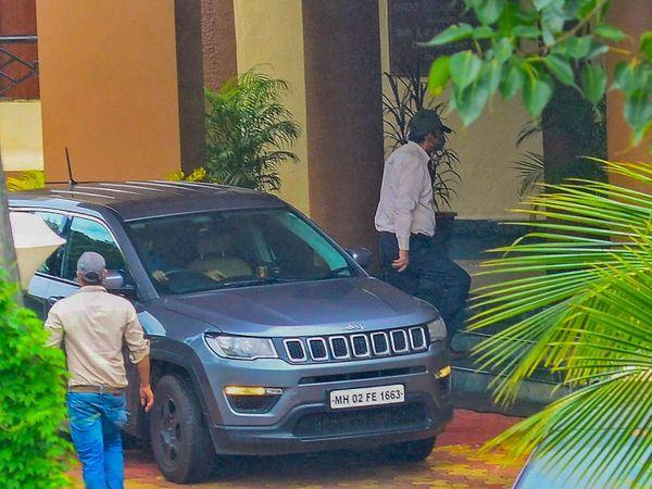 डीआरडीओ गेस्ट हाउस में पूछताछ के लिए पहुंचे रिया चक्रवर्ती के पिता इंद्रजीत चक्रवर्ती। - Dainik Bhaskar