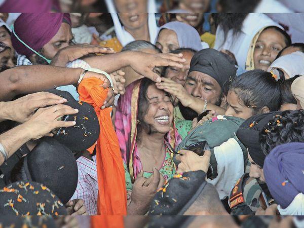 शहीद राजविंंदर सिंह का शरीर देख विलाप करतीं पत्नी मनप्रीत काैर। - Dainik Bhaskar