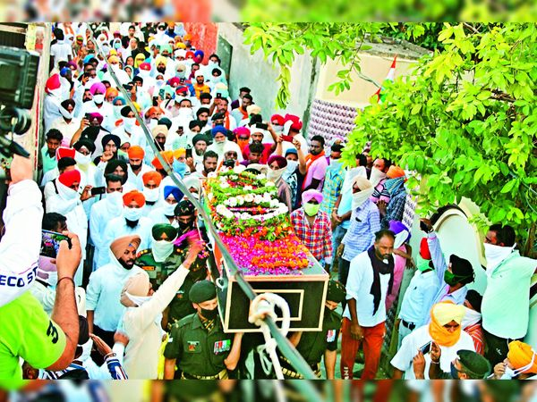 शहीद राजविंंदर सिंह की अंतिम यात्रा के दौरान उमड़ी भीड़।