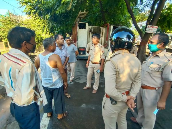 आग लगने के बाद मौके पर पहुंचे दमकल विभाग के अधिकारी। इस घटना में दो लाख रुपए का सामान जलकर खाक हो गया। - Dainik Bhaskar