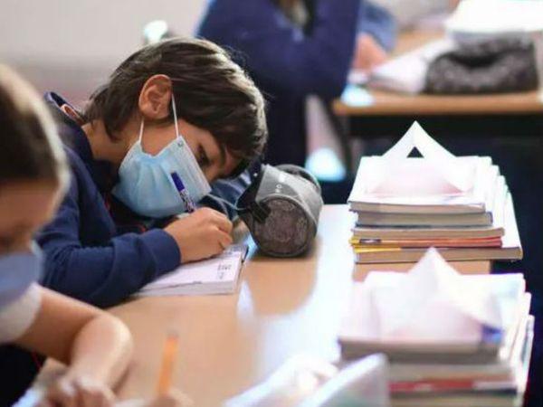 फ्रांस की राजधानी पेरिस में मंगलवार को स्कूल पहुंचे बच्चे। सरकार ने संक्रमण को देखते हुए स्कूलों के लिए गाइडलाइन्स जारी की हैं।