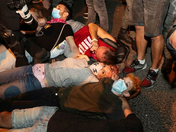 इजराइल के येरूशलम में पीएम बेंजामिन नेतन्याहू के खिलाफ प्रदर्शन करते लोग। यहां लॉकडाउन के सख्त नियमों के खिलाफ प्रदर्शन हो रहे हैं।
