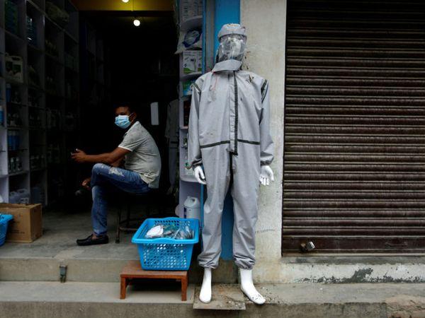 लोगों को जागरूक करने के लिए काठमांडू में एक मेडिकल स्टोर के बाहर पुतले को पीपीई किट पहनाई गई।- फाइल फोटो