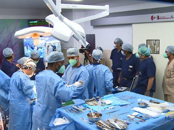 कोरोना मरीज में लंग्स ट्रांसप्लांट की तैयारी करती डॉ. केआर बालाकृष्णन की टीम। ऐसा ऑपरेशन अब तक सिर्फ चीन, अमेरिका, ऑस्ट्रेलिया, साउथ कोरिया जैसे कुछ देशों में ही हुआ है। अब भारत भी इस लिस्ट में शामिल हो गया है। - Dainik Bhaskar