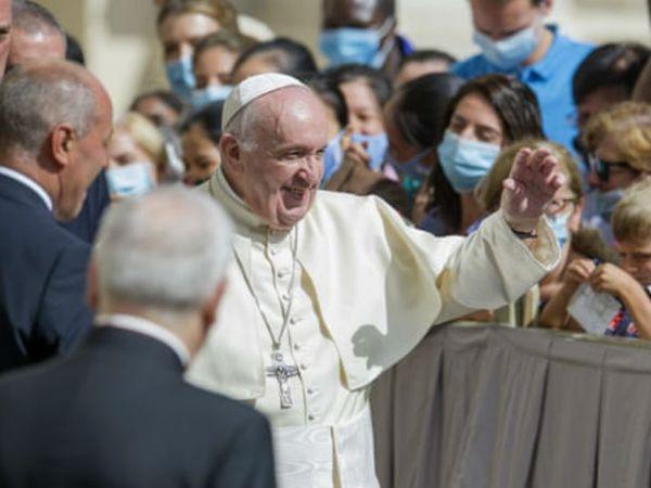 पोप फ्रासिंस बुधवार को वेटिकन सिटी में अपने घर के बाहर नजर आए। उनसे मिलने आए लोगों को सोशल डिस्टेंसिंग के साथ बिठाया गया था।