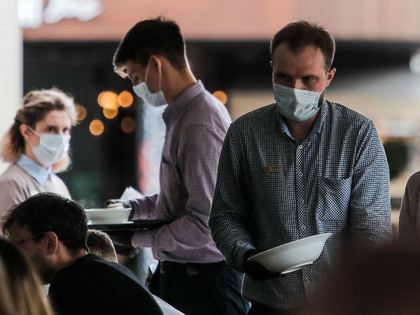 रूस के एक रेस्टोरेंट में वेटर्स मास्क पहने नजर आए। देश में संक्रमण के मामले बढ़ रहे हैं। यहां मंगलवार को 4 हजार से ज्यादा मामले सामने आए। - Dainik Bhaskar