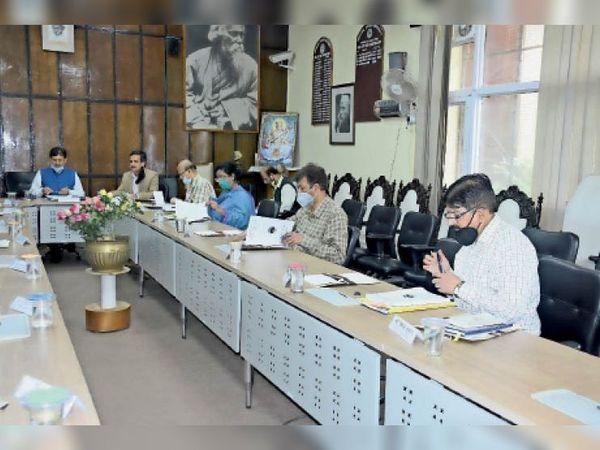 एचपीयू में ईसी बैठक की अध्यक्षता वीसी प्रो. सिकंदर कुमार ने की। - Dainik Bhaskar