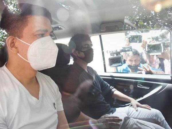 नीरज सिंह और केशव बचनेर गुरुवार दोपहर 12:30 बजे डीआरडीओ गेस्ट पहुंचे। इससे पहले सीबीआई नीरज से 11 और केशव से 4 दिन पूछताछ कर चुकी है। - Dainik Bhaskar