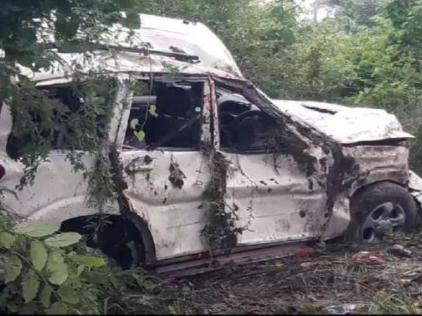 यूपी के जौनपुर में बुधवार देर रात हुए हादसे में तीन लोगों की मौत हो गई जबकि सात अन्य घायल हो गए। हादसे में बुरी तरह से क्षतिग्रस्त स्कार्पियो। - Dainik Bhaskar