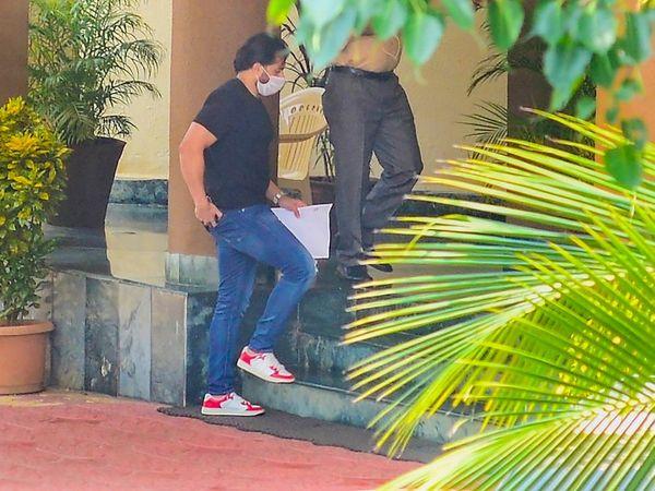 बंटी सजदेह दोपहर 12 बजे डीआरडीओ के गेस्ट हाउस पहुंचे। यहां सीबीआई उनसे पूछताछ कर रही है।