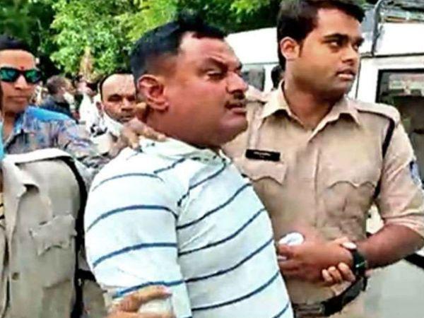बिकरु कांड के मास्टरमाइंड विकास दुबे को पुलिस ने उज्जैन से पकड़ा था। हालांकि उसे वापस लाते समय कानपुर के पास एसटीएफ की गाड़ी पलट गई। विकास ने भागने की कोशिश की लेकिन एसटीएफ ने उसे मार गिराया था।  फाइल फोटो - Dainik Bhaskar
