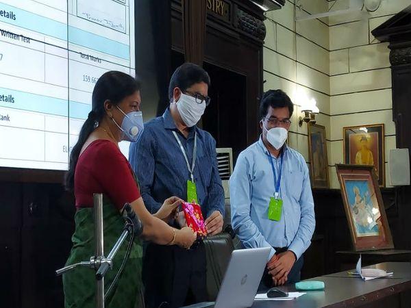 यूपी में बीएड की प्रवेश परीक्षा का परिणाम जारी करते लखनऊ विश्वविद्यालय के कुलपति प्रो आलोक कुमार राय। - Dainik Bhaskar