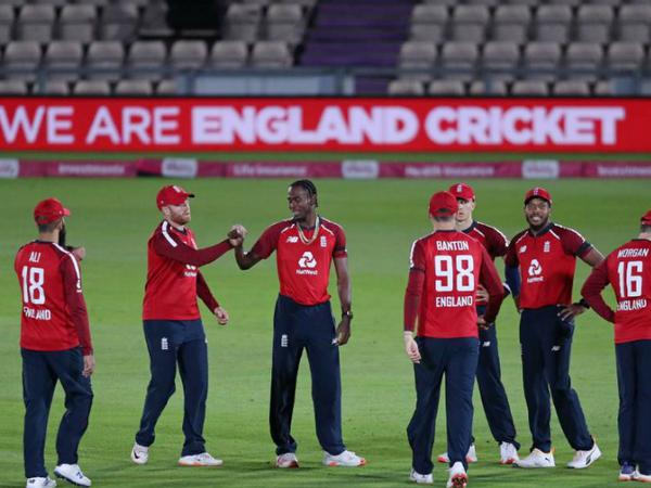 इंग्लैंड के लिए तेज गेंदबाज जोफ्रा आर्चर (बीच में) ने दो विकेट लिए। - Dainik Bhaskar