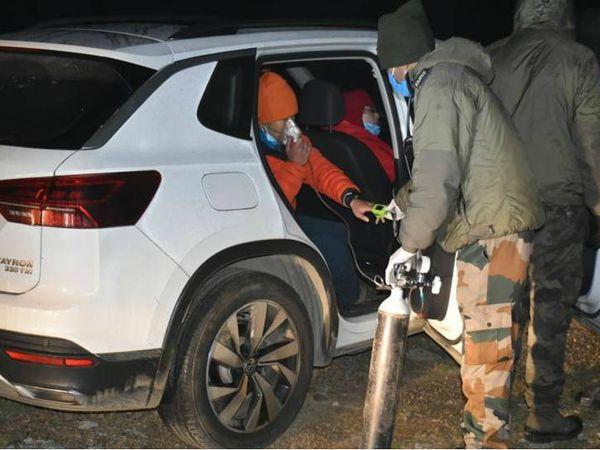 रास्ता भटक गए चीनी नागरिकों को भारतीय सेना ने ऑक्सीजन सिलेंडर समेत दवाइयां मुहैया कराईं। - Dainik Bhaskar