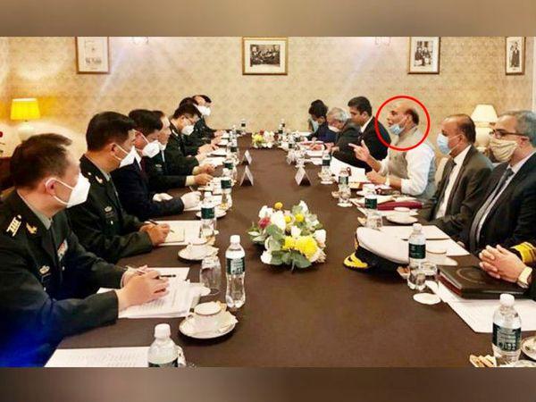 रक्षा मंत्री राजनाथ सिंह के तेवर चीन के रक्षा मंत्री जनरल फंग्हे से बातचीत के दौरान कुछ ऐसे थे। उन्होंने कहा कि हमारा मकसद सुरक्षा और सभी का विकास है। राजनाथ सिंह 3 दिन के रूस दाैरे पर हैं। - Dainik Bhaskar