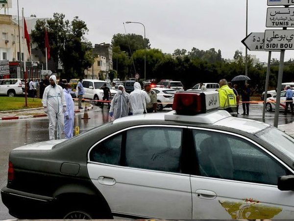 ट्यूनीशिया के सौसे शहर में रविवार को आतंकी हमले के बाद माैके पर जांच में जुटे नेशनल गार्ड्स के अफसर। - Dainik Bhaskar
