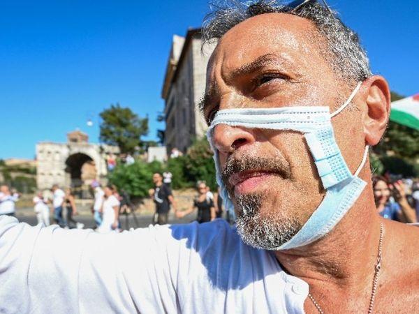 फोटो इटली की राजधानी रोम की है। यहां लोग फेस मास्क और सोशल डिस्टेंसिंग को अनिवार्य किए जाने से नाराज थे। हजारों की संख्या में लोग सड़कों पर उतर आए और सरकार के खिलाफ प्रदर्शन किया। - Dainik Bhaskar