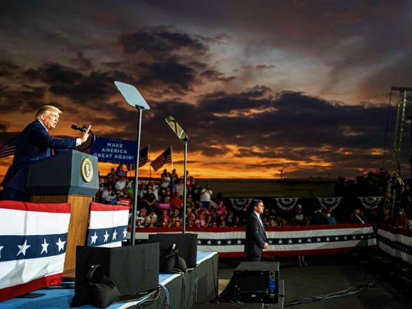 मंगलवार रात नॉर्थ कैरोलिना में चुनावी रैली के दौरान डोनाल्ड ट्रम्प। उन्होंने कहा- कमला हैरिस राष्ट्रपति बनना चाहती थीं। जनता ने नकार दिया। अब डेमोक्रेटिक पार्टी उन्हें उपराष्ट्रपति बनाने पर तुली है। - Dainik Bhaskar