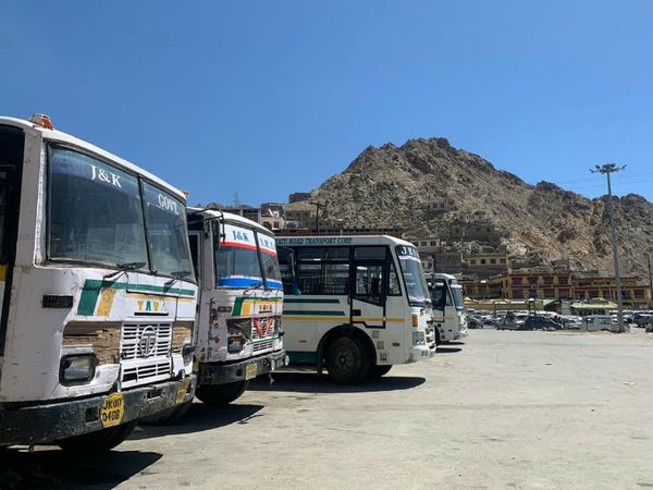 तस्वीर लेह के बस स्टैंड की है। ये सभी बसें पिछले 6 महीने से स्टैंड में खड़ी हैं, यहां कोई टूरिस्ट नहीं आ रहे हैं।
