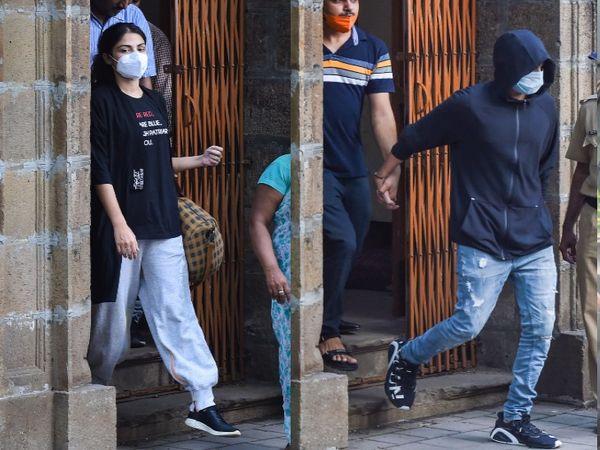 फोटो बुधवार की है। रिया को एनसीबी ने मंगलवार को गिरफ्तार किया था। उनके भाई शोविक (हुडी में) की गिरफ्तारी पहले ही हो चुकी थी। - Dainik Bhaskar