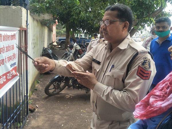 कोरोना संक्रमण के चलते सील किए गए भिलाई के खुर्सीपार थाने को खोल दिया गया है। थाने के टीआई सहित 13 पुलिसकर्मी महज दो दिन में पॉजिटिव मिले थे। कोरोना का दंश झेल कर बाहर आए पुलिसकर्मियों ने शुक्रवार को नारियल फोड़ और अगरबत्ती दिखाकर थाने का गेट खोला। - Dainik Bhaskar