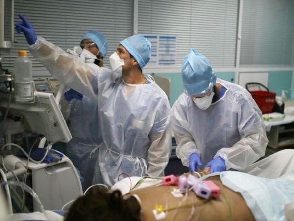 फ्रांस के मार्सेय शहर के अस्पताल में कोरोना मरीज के इलाज में जुटे डॉक्टर्स।