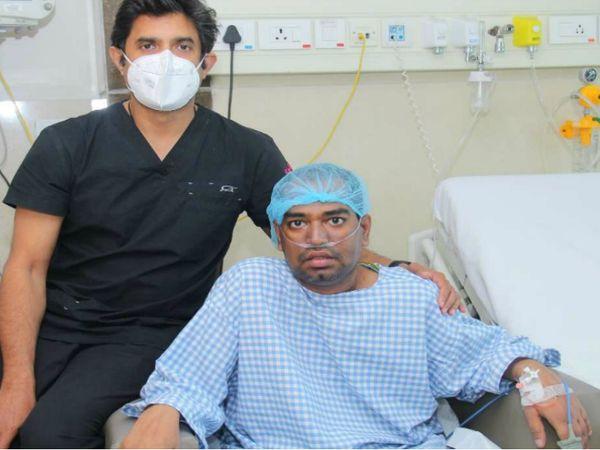 मरीज रिजवान के साथ ट्रांसप्लांट एक्सपर्ट डॉ. संदीप अट्टवार। डॉ. संदीप अब तक 12 हजार हार्ट सर्जरीज और 250 ट्रांसप्लांट कर चुके हैं। - Dainik Bhaskar