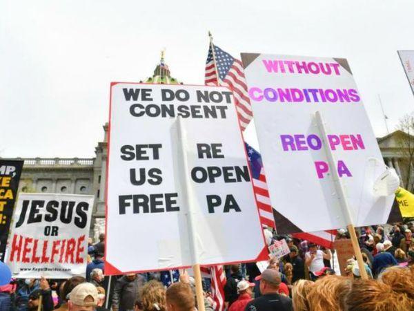 फोटो पिछले दिनों पेन्सिलवेनिया में हुए विरोध प्रदर्शन की है। यहां लोग लॉकडाउन या कारोबार बंद करने जैसे कदमों का विरोध करते रहे हैं। अब एक लोकल कोर्ट ने कहा है कि राज्य सरकार द्वारा लगाए गए प्रतिबंध असंवैधानिक हैं। (फाइल)