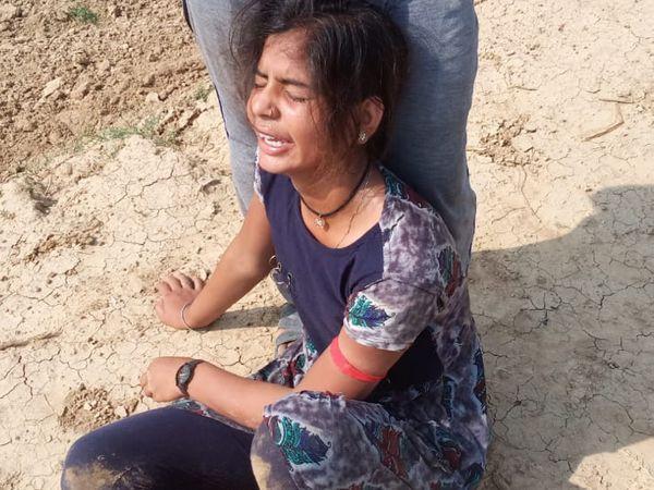 यह फोटो घटनास्थल की है। यह लड़की भी नाव में सवार थी, लेकिन बच गई।