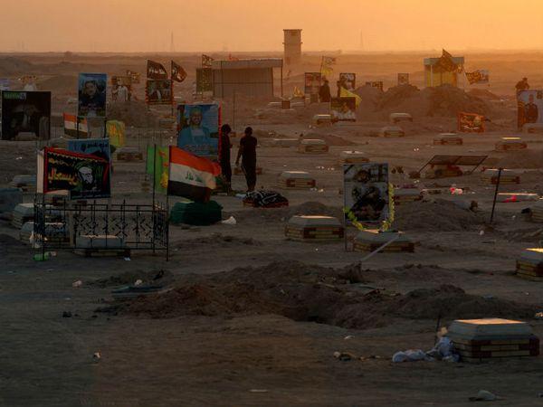 यह फोटो इराक के शहर नजफ के बाहरी इलाके में स्थित श्मशान घाट की है। यहां कोरोना से जान गंवाने वाले लोगों को दफनाया गया है। - Dainik Bhaskar