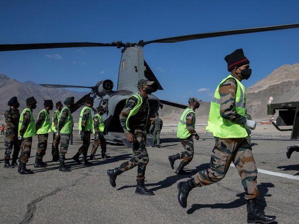 ये फोटो लेह की है। बॉर्डर पर मौजूदा हालात को देखते हुए लेह-लद्दाख में सेना का मूवमेंट तेज हो गया है। - Dainik Bhaskar