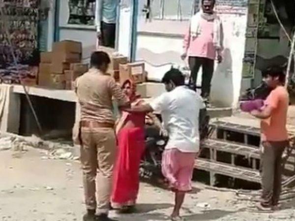 सिपाही से पति को बचाने का प्रयास करती गर्भवती पत्नी।