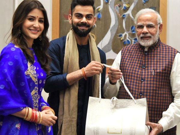 यह फोटो दिसंबर 2017 की है। विराट और अनुष्का अपनी शादी का निमंत्रण कार्ड देने के लिए प्रधानमंत्री मोदी से मिलने पहुंचे थे। - Dainik Bhaskar