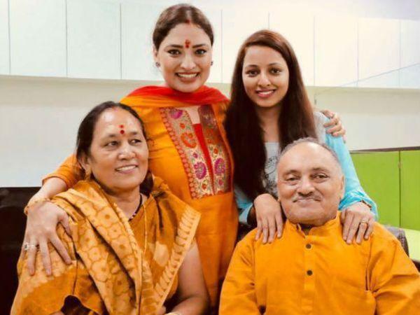तस्वीर तब की है जब गीता के मम्मी-पापा उनके ऑफिस पहुंचे थे। गीता के पापा एक रिटायर्ड सरकारी कर्मचारी हैं जबकि मां हाउस वाइफ हैं।