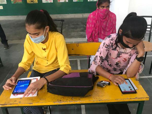 कोविड संक्रमण के दौर में ऑनलाइन क्लास चलाने के लिए स्कूल ने 10वीं और 12वीं में पढ़ने वाली सभी बच्चियों को टैबलेट भी मुफ्त बांटे हैं।