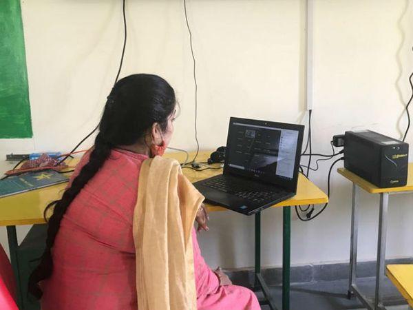 स्कूल में करीब 120 लोगों का टीचिंग स्टाफ है। बच्चों को पढ़ाने के साथ ही यह स्कूल कम्युनिटी डेवलेपमेंट सेंटर भी चला रहा है, जिसमें आस-पास के गांवों की पांच हजार से ज्यादा महिलाएं जुड़ी हुई हैं।